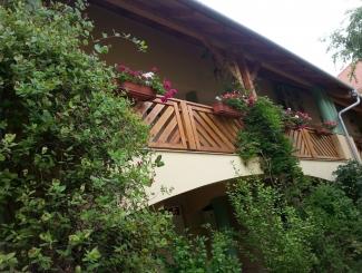 Hotel Makár Átrium épület kert felől