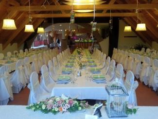 Makár Óbester esküvő-főasztal felől
