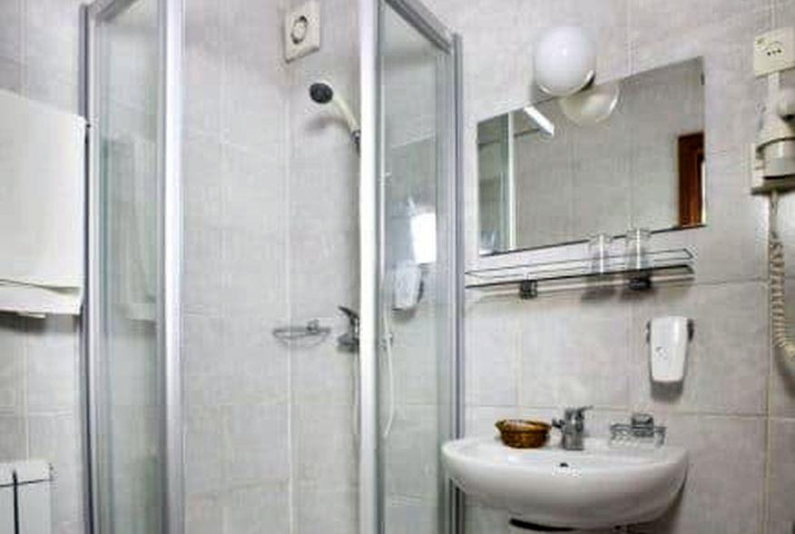 hotelmakar-sport-bathroom